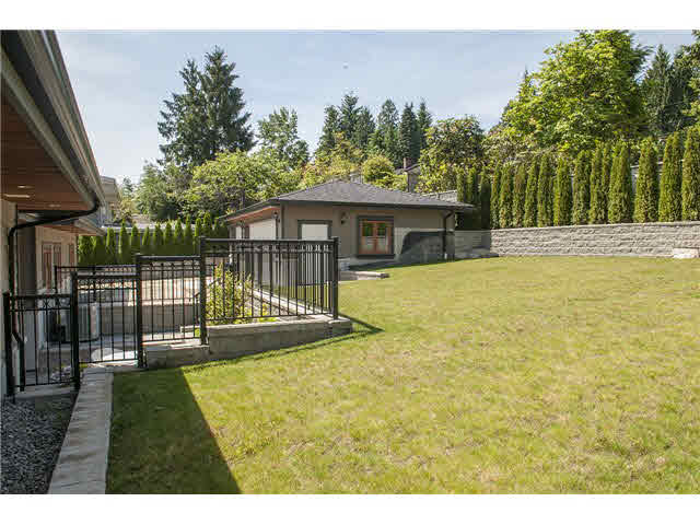 Photo 20: 949 Roslyn Boulevard in North Vancouver: Dollarton House for sale : MLS(r) # V1139192