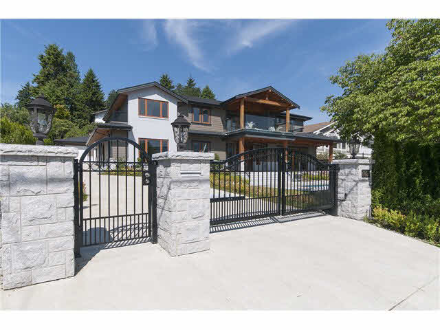 Photo 2: 949 Roslyn Boulevard in North Vancouver: Dollarton House for sale : MLS(r) # V1139192