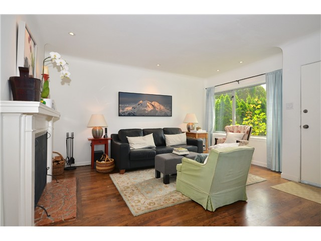 Photo 2: 1085 E 15TH AV in Vancouver: Mount Pleasant VE House for sale (Vancouver East)  : MLS(r) # V1012064