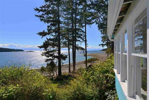 Main Photo: 6443 SUNSHINE COAST HIGHWAY in Sechelt: Sechelt District House for sale (Sunshine Coast)  : MLS® # R2127322