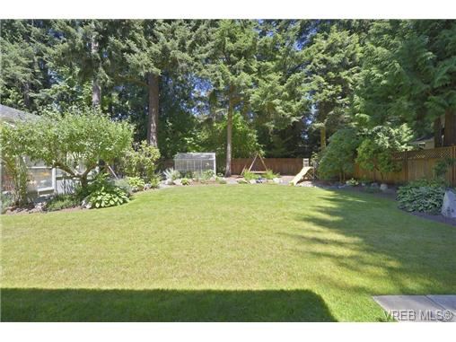 Photo 3: 760 Piedmont Drive in VICTORIA: SE Cordova Bay Single Family Detached for sale (Saanich East)  : MLS® # 339692