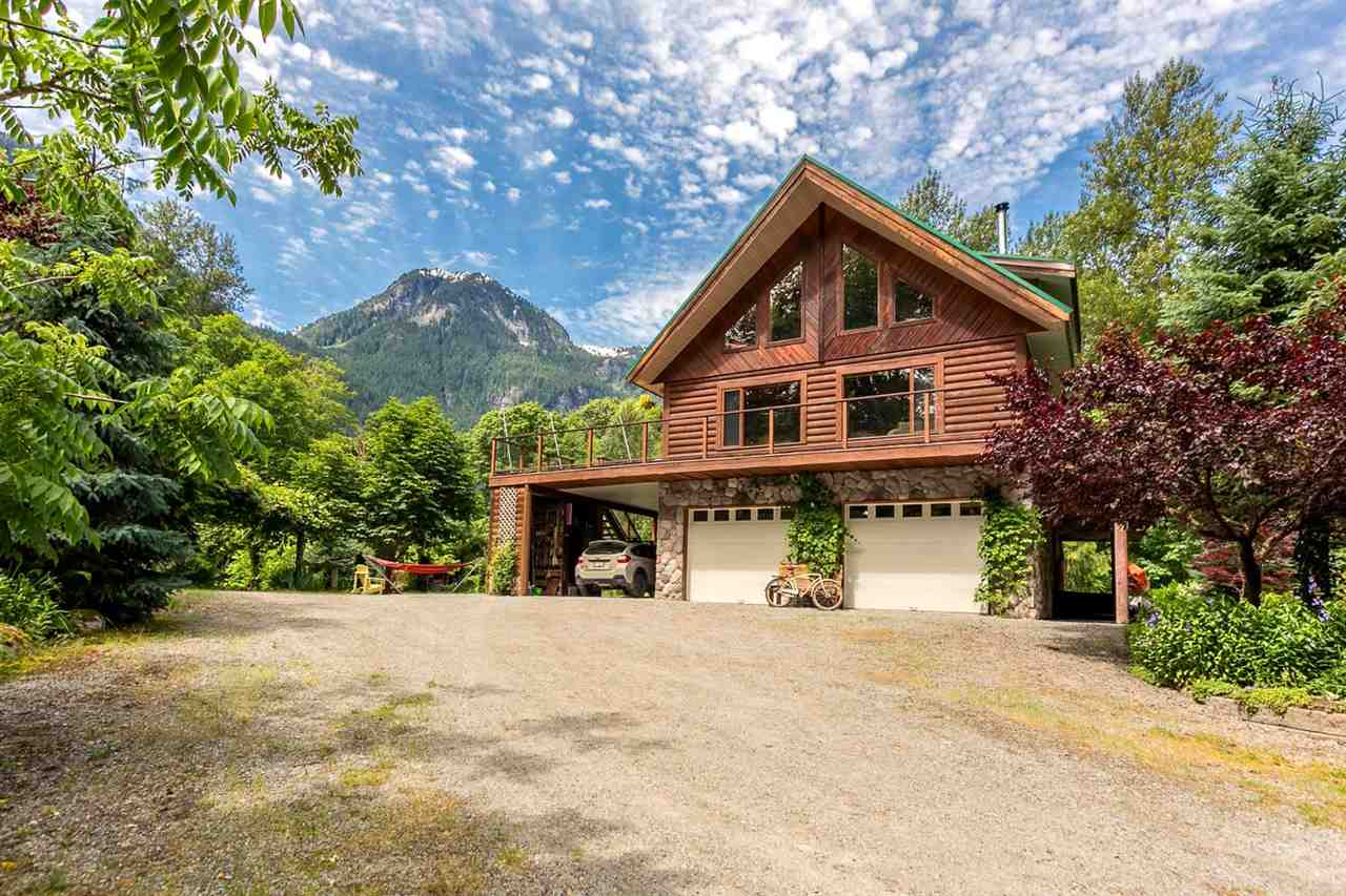 Main Photo: 1120 DOGHAVEN LANE in Squamish: Upper Squamish House for sale : MLS® # R2077411
