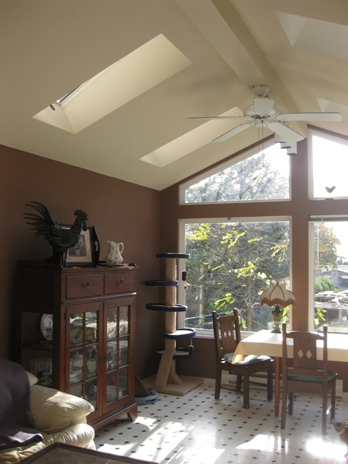 Large bright Family-room with vaulted ceilings and skylights