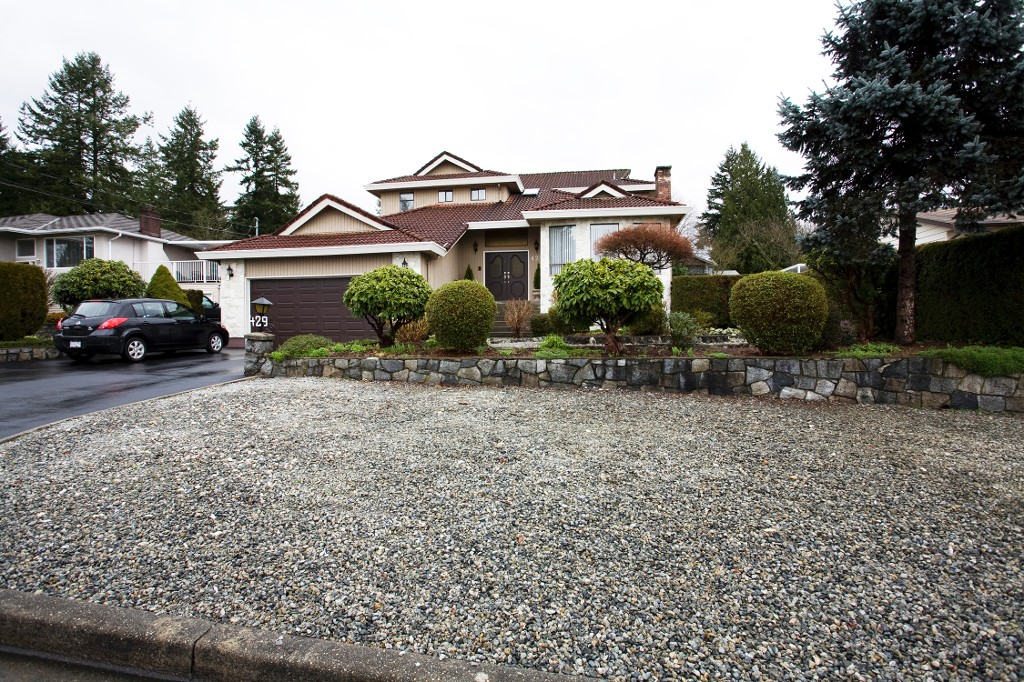 Photo 2: 429 Lakeview Street in Coquitlam: Central Coquitlam House for sale : MLS® # R2037527