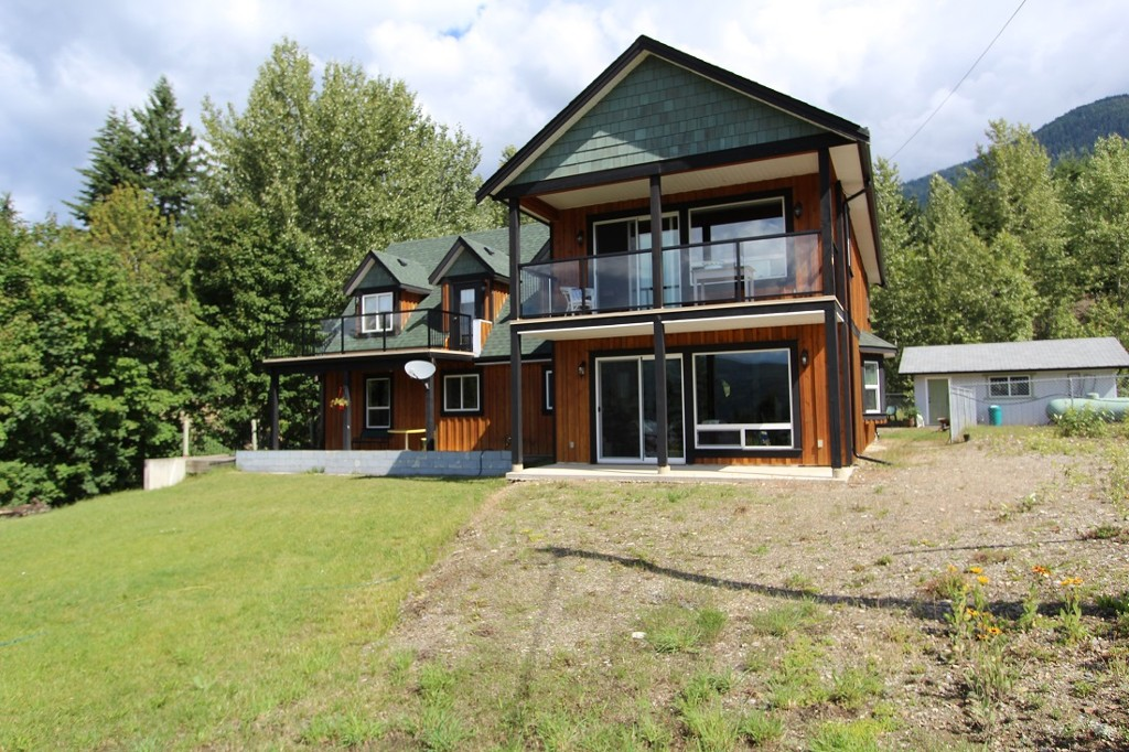 Main Photo: 7823 Squilax Anglemont Road in Anglemont: North Shuswap House for sale (Shuswap)  : MLS®# 10116503