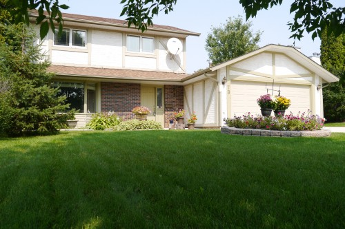 Main Photo: 79 Lakeside Drive in Winnipeg: Waverley Heights Single Family Detached for sale (South Winnipeg)  : MLS(r) # 1513162