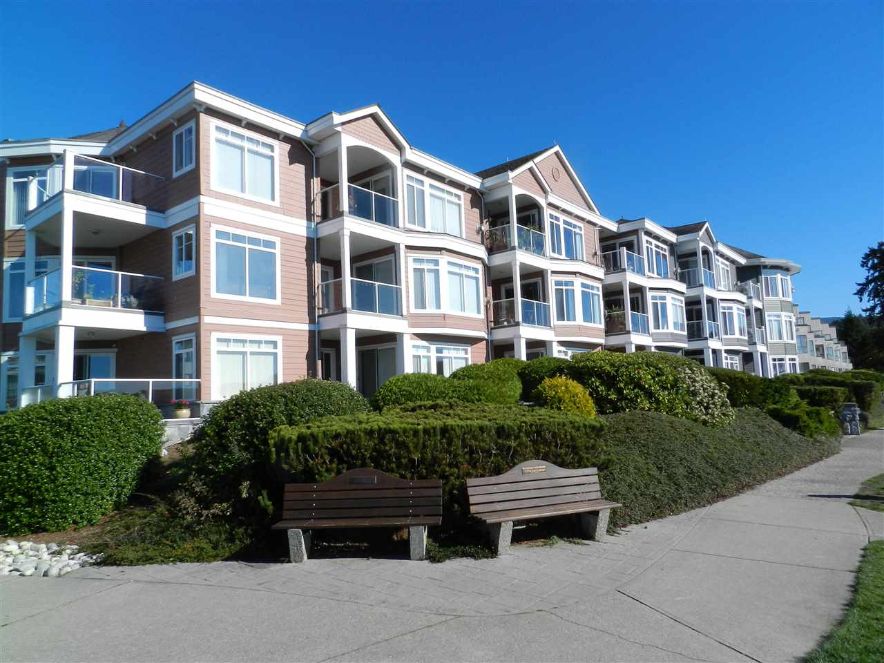 Main Photo: 206 5470 INLET AVENUE in Sechelt: Sechelt District Condo for sale (Sunshine Coast)  : MLS® # R2120136