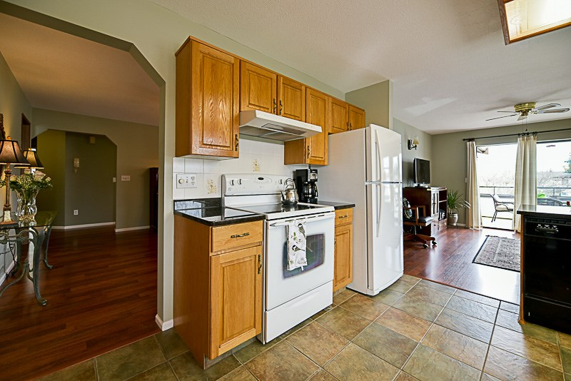 Photo 5: 222 15153 98 AVENUE in Surrey: Guildford Townhouse for sale (North Surrey)  : MLS® # R2148715
