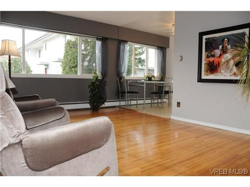 Main Photo: 424 W Burnside Road in VICTORIA: SW Tillicum Condo Apartment for sale (Saanich West)  : MLS® # 286875