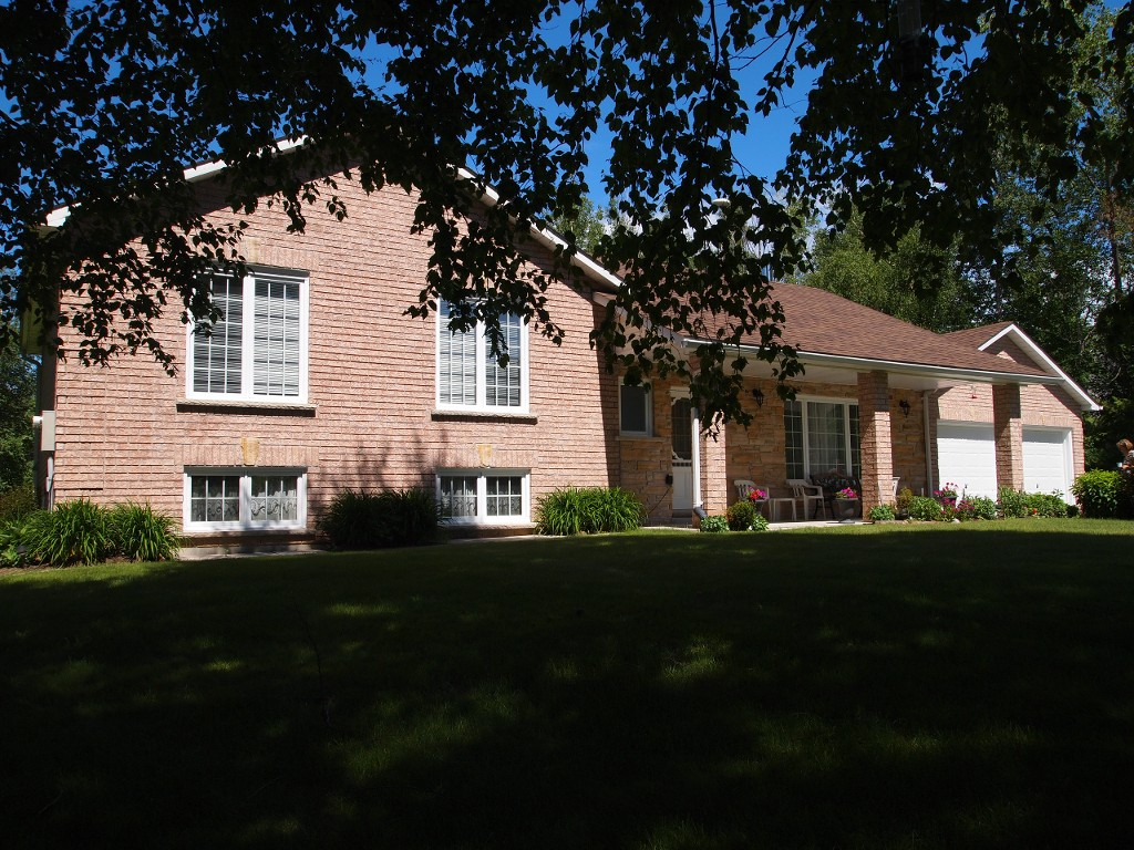Main Photo: 105 Pinewood Boulevard in Kawartha Lakes: Freehold for sale