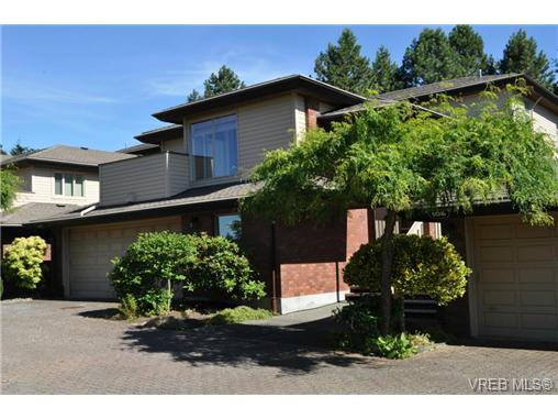 Main Photo: 105 2345 Cedar Hill Cross Road in VICTORIA: OB Henderson Townhouse for sale (Oak Bay)  : MLS® # 339563