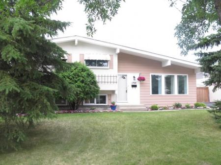 Main Photo: Beautiful 3 Bedroom 3-Level Split