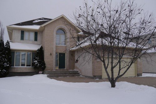 Main Photo: 82 Kendale Drive in Winnipeg: Residential for sale : MLS® # 1325852
