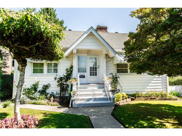 "Main Photo: 327 ARBUTUS Street in New Westminster: Queens Park House for sale in ""QUEENS PARK"" : MLS® # V1081789"