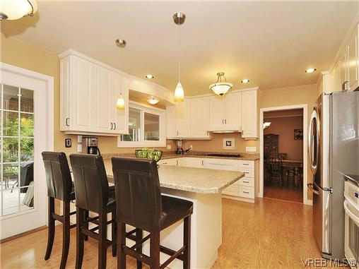 Photo 6: 1895 Hillcrest Avenue in VICTORIA: SE Gordon Head Single Family Detached for sale (Saanich East)  : MLS® # 323811
