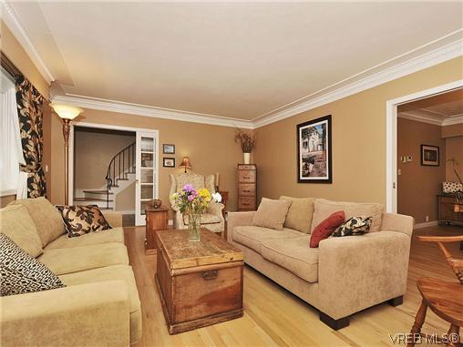 Photo 2: 1895 Hillcrest Avenue in VICTORIA: SE Gordon Head Single Family Detached for sale (Saanich East)  : MLS® # 323811