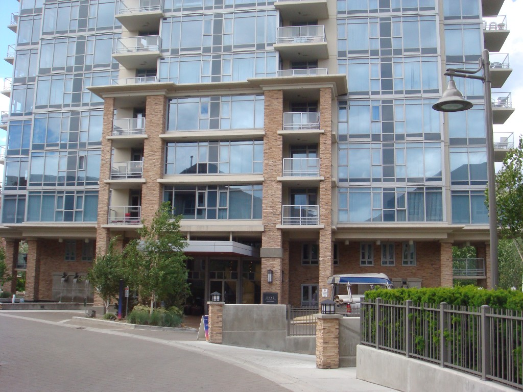 Main Photo: 405 1075 Sunset in Kelowna: Kelowna North Condo for sale : MLS®# 10130192