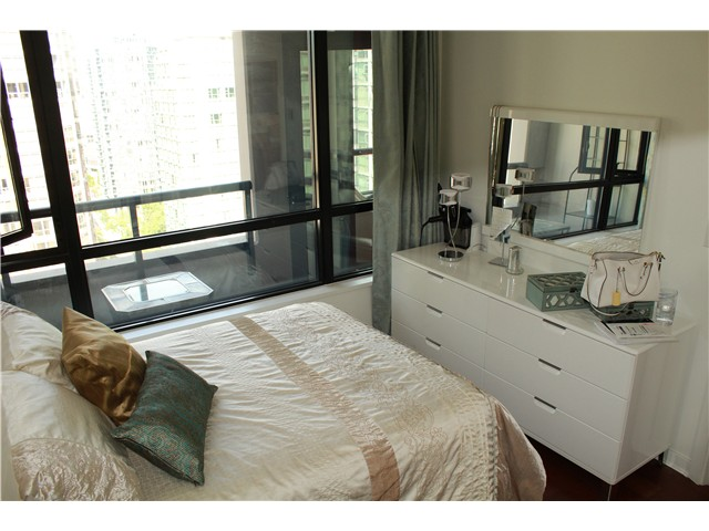 Photo 3: # 2210 909 MAINLAND ST in Vancouver: Yaletown Condo for sale (Vancouver West)  : MLS(r) # V1129575