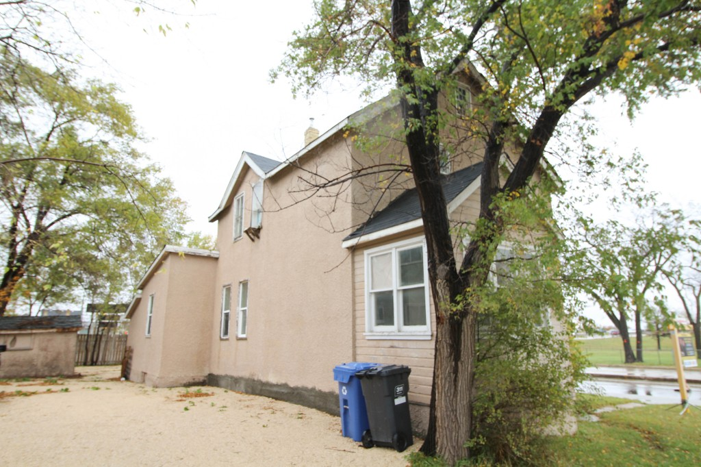 Photo 17: Affordable 4 Bedroom Home, Great Investment Property!