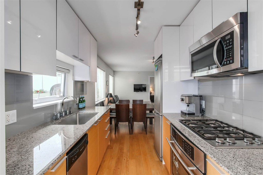 Main Photo: 207 1808 W3rd Ave in Vancouver: Kitsilano Condo for sale (Vancouver West)  : MLS® # r2090288