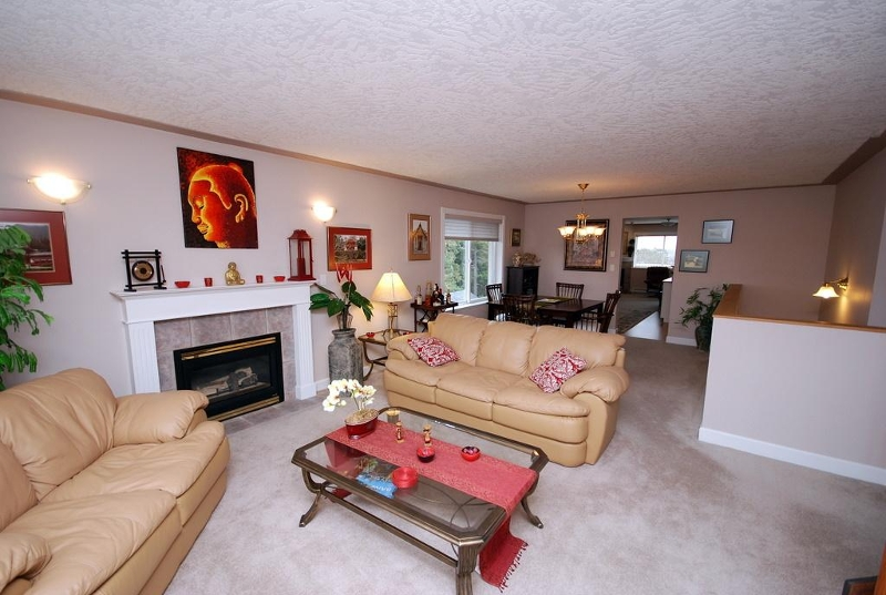 Photo 3: 1282 Geric Pl in Victoria: Residential for sale : MLS(r) # 269222