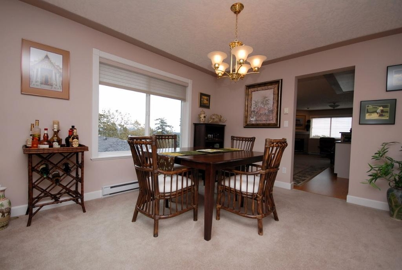 Photo 4: 1282 Geric Pl in Victoria: Residential for sale : MLS® # 269222