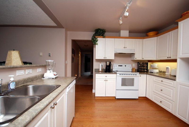 Photo 5: 1282 Geric Pl in Victoria: Residential for sale : MLS® # 269222