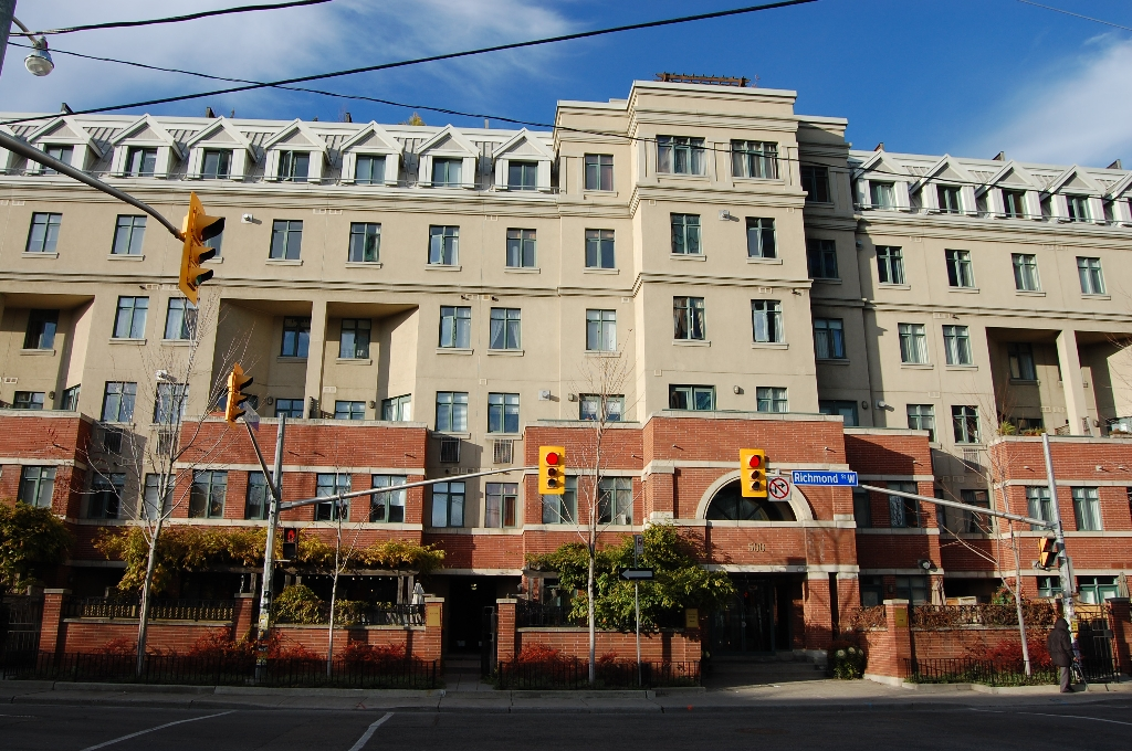 Main Photo:  in Toronto: Condo for sale : MLS® # C1993647