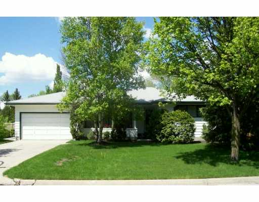 Main Photo: 49 DEVONPORT Boulevard West in Winnipeg: River Heights / Tuxedo / Linden Woods Single Family Detached for sale (South Winnipeg)  : MLS®# 2508236