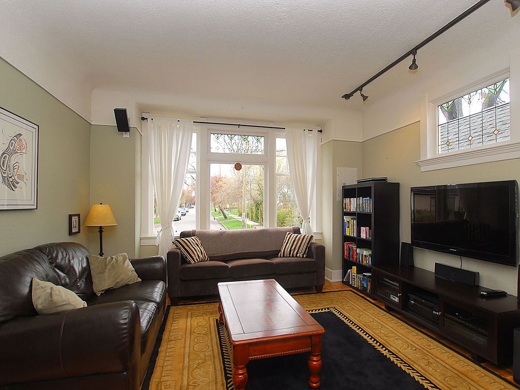 Photo 3: 1904 Leighton Rd in Victoria: Residential for sale : MLS® # 291379