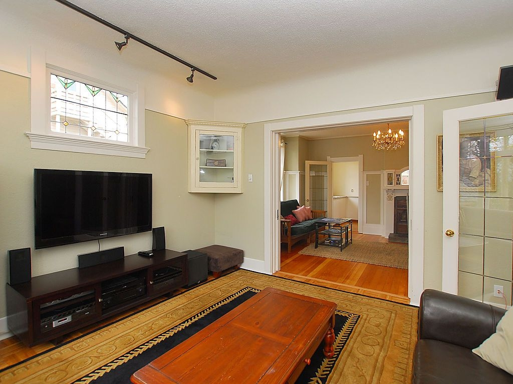 Photo 4: 1904 Leighton Rd in Victoria: Residential for sale : MLS® # 291379