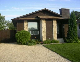 Main Photo: 23 DELORME Bay in Winnipeg: Fort Garry / Whyte Ridge / St Norbert Single Family Detached for sale (South Winnipeg)  : MLS(r) # 2614553