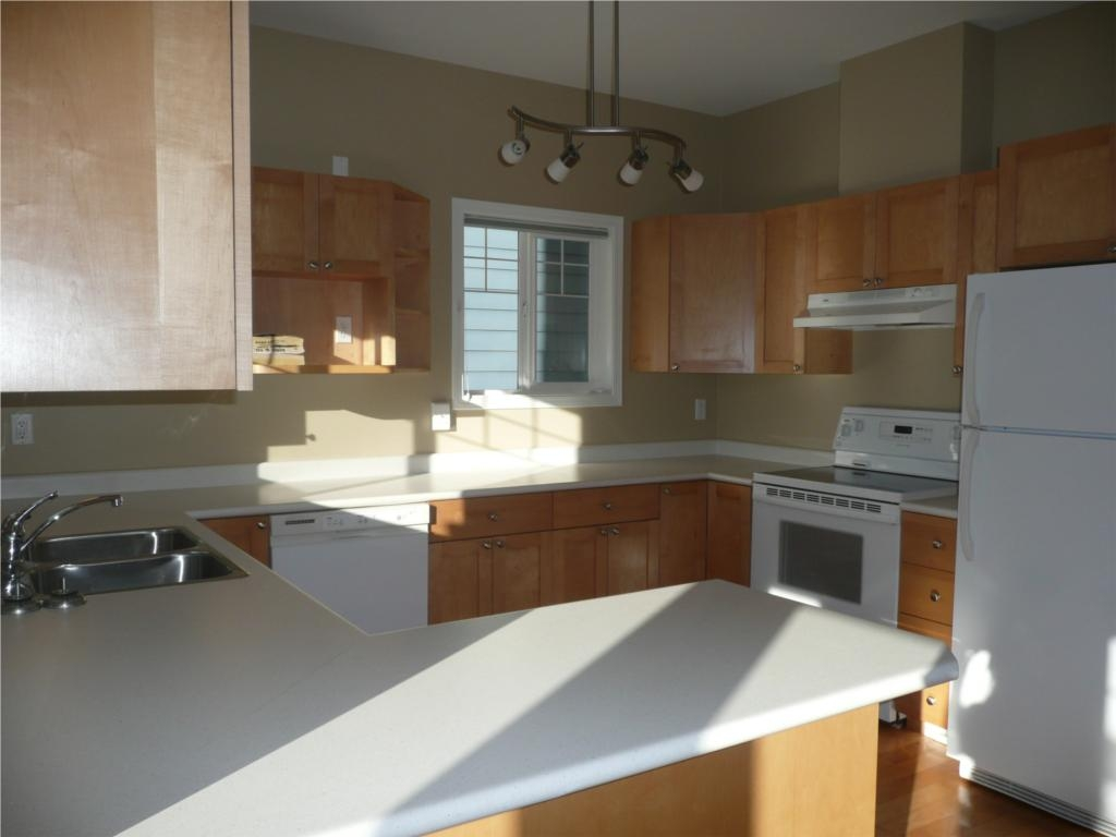 Photo 2: 484 Foster St in Victoria: Residential for sale : MLS(r) # 285068