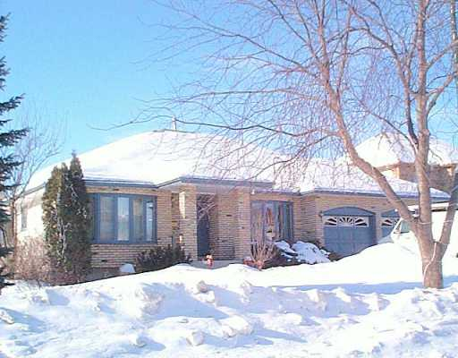 Main Photo: 35 QUEEN'S PARK Crescent in Winnipeg: River Heights / Tuxedo / Linden Woods Single Family Detached for sale (South Winnipeg)  : MLS® # 2601912