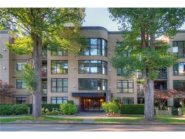 "Main Photo: 110 2181 W 10TH Avenue in Vancouver: Kitsilano Condo for sale in ""THE TENTH AVE"" (Vancouver West)  : MLS®# V844401"