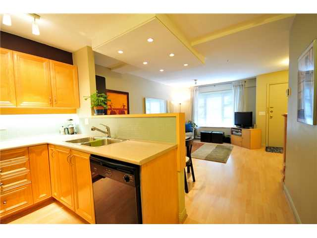 "Photo 3: 101 2119 YEW Street in Vancouver: Kitsilano Townhouse  in ""KITS PALISADE"" (Vancouver West)  : MLS® # V848012"