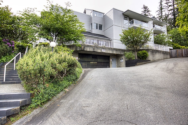 "Main Photo: 305 2733 ATLIN Place in Coquitlam: Coquitlam East Condo for sale in ""ATLIN COURT"" : MLS(r) # V859472"