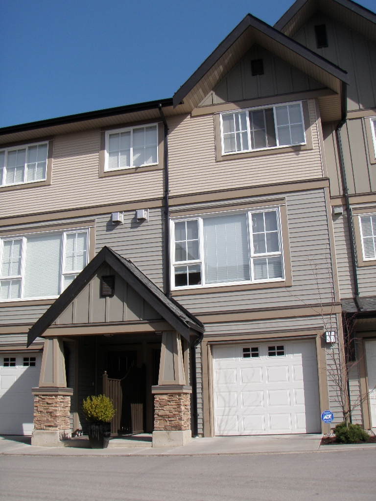 "Main Photo: 109 2501 161A Street in Surrey: Grandview Surrey Townhouse for sale in ""HIGHLAND PARK"" (South Surrey White Rock)  : MLS(r) # F1007157"