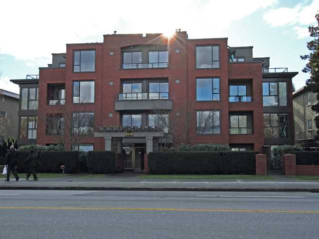 "Main Photo: 207 2160 CORNWALL Avenue in Vancouver: Kitsilano Condo for sale in ""CORNWALL TERRACE"" (Vancouver West)  : MLS®# V863909"