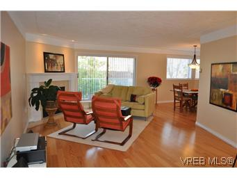 Main Photo: 202 945 McClure Street in VICTORIA: Vi Fairfield West Condo Apartment for sale (Victoria)  : MLS® # 287984