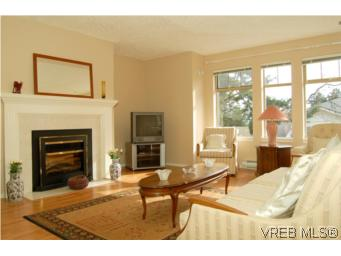 Photo 2: 7 850 Parklands Drive in VICTORIA: Es Gorge Vale Townhouse for sale (Esquimalt)  : MLS® # 261234