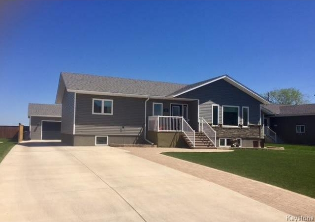 Main Photo: 212 BARKER Street in Dauphin: RM of Dauphin Residential for sale (R30 - Dauphin and Area)  : MLS® # 1713258
