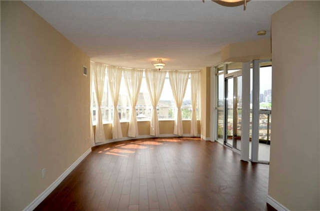 Photo 11: 920 3888 Duke Of York Boulevard in Mississauga: City Centre Condo for sale : MLS(r) # W3243936