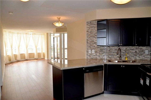 Photo 2: 920 3888 Duke Of York Boulevard in Mississauga: City Centre Condo for sale : MLS(r) # W3243936