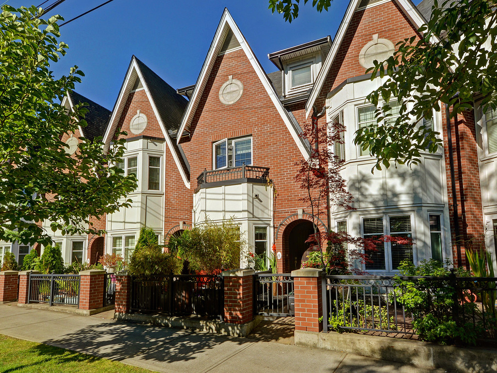 Main Photo: 9 675 Superior Street in VICTORIA: Vi James Bay Townhouse for sale (Victoria)  : MLS® # 368486