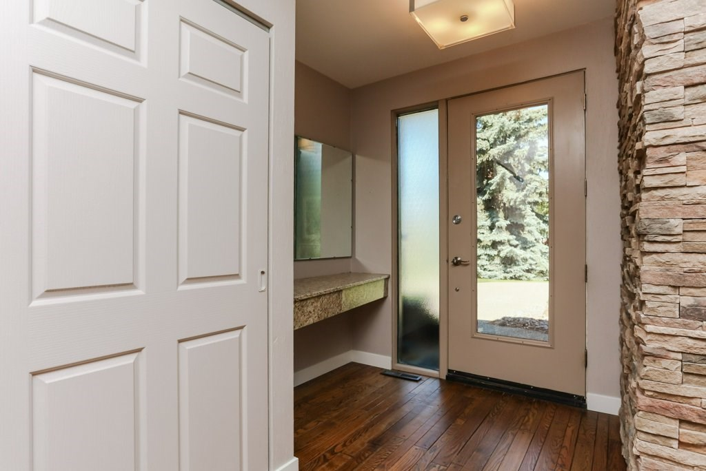 Large foyer at front door. Spacious closet. Granite ledge.