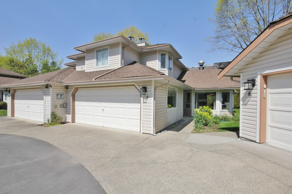 "Main Photo: 9 6940 NICHOLSON Road in Delta: Sunshine Hills Woods Townhouse for sale in ""Chateau Wynd"" (N. Delta)  : MLS® # R2065255"