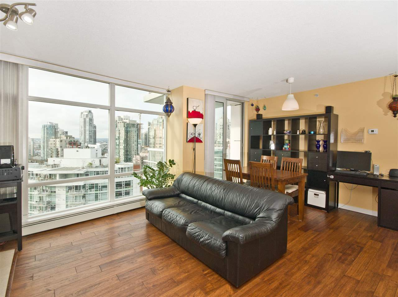 "Photo 2: 2108 198 AQUARIUS Mews in Vancouver: Yaletown Condo for sale in ""THE AQUARIUS"" (Vancouver West)  : MLS® # R2125703"