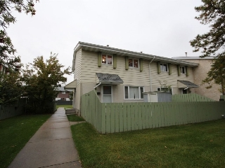 Main Photo: 17A Callingwood Court in Edmonton: Zone 20 Townhouse for sale : MLS® # E4083557