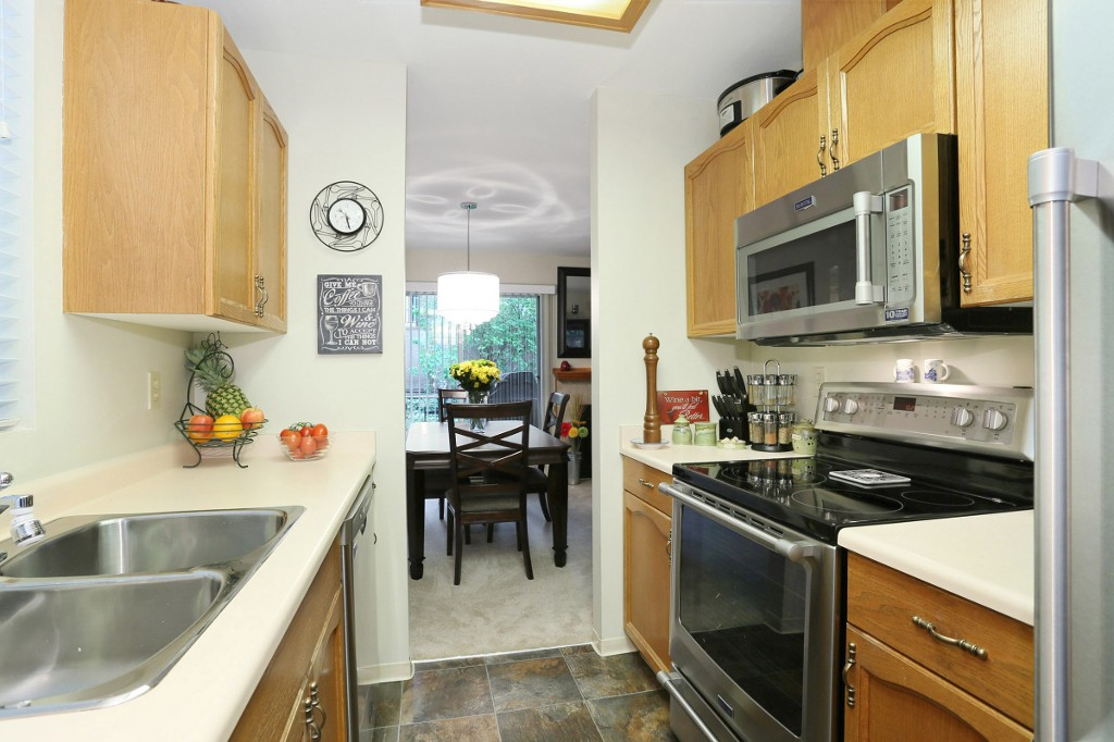 "Photo 8: 1 10050 154 Street in Surrey: Guildford Townhouse for sale in ""Woodland Grove"" (North Surrey)  : MLS® # R2169167"